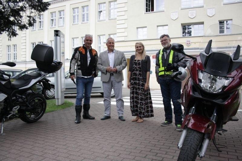 Starosta grudziądzki przyjechał do Sępólna Krajeńskiego motocyklem. To część jego wakacyjnego planu