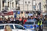 """Marsz antycovidowców """"Zakończyć Szaleństwo"""" w Białymstoku. Na ulice wyszły setki sfrustrowanych osób (zdjęcia)"""