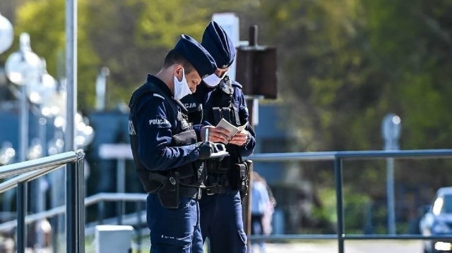 Mieszkaniec Obornik nie miał maseczki. W trakcie legitymowania przez policjantów okazało się, że jest poszukiwany przez Sąd Rejonowy w Obornikach celem odbycia kary pozbawienia wolności.