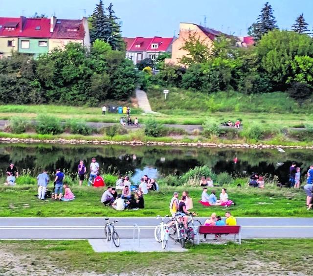 Nad Wartę można wygodnie dojechać, by odpocząć i spotkać się z przyjaciółmi: jest też gdzie usiąść i gdzie zaparkować rower.