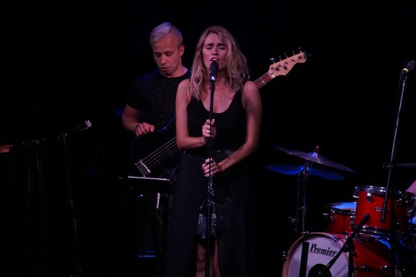 Maria Antkowiak i basista Damian Kostka podczas koncertu w...