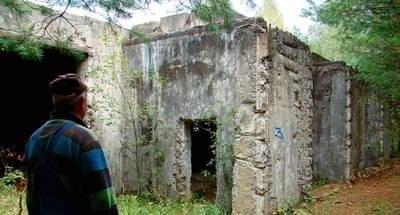 Mieszkańcy Żdżar mówią, że w tych bunkrach Sowieci trzymali samochody z wyrzutniami głowic jądrowych FOT. ARCHIWUM
