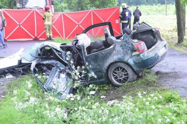 Na trasie Racot – Gryżyna w powiecie kościańskim doszło do czołowego zderzenia dwóch samochodów. Nie żyje 57-letni kierowca.Przejdź do kolejnego zdjęcia --->