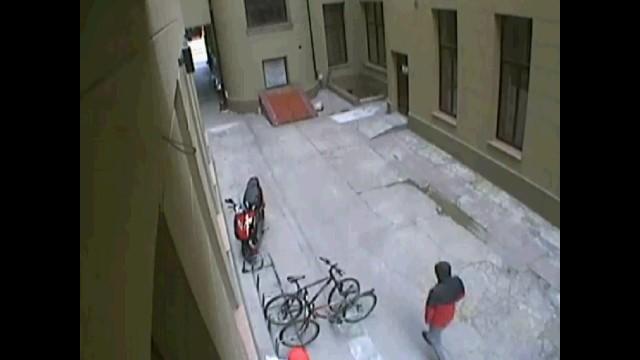 Zakapturzeni mężczyźni podeszli do stojaka z rowerami od strony ul. Wólczańskiej.