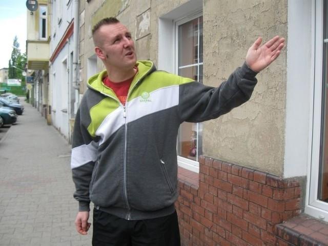 - Życie na Krakowskim Przedmieściu jest prawdziwym horrorem - mówi Piotr Rudewicz. - Hałas, wstrząsy, domy pękają. Trudno w takich warunkach spać i odpoczywać.