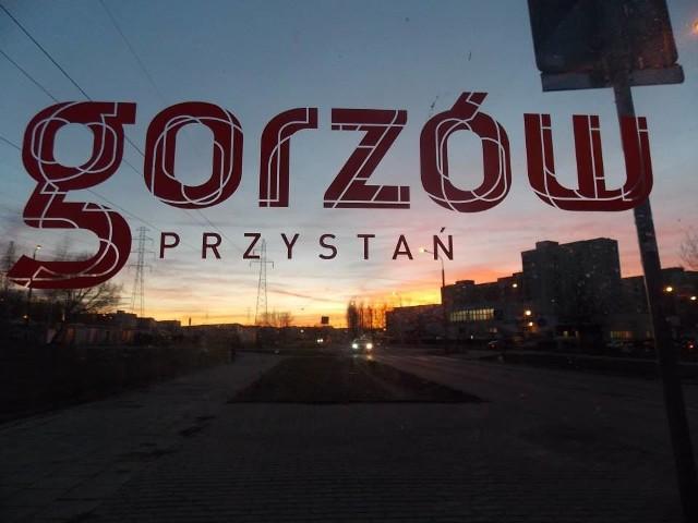 Stara marka na jednym z przystanków autobusowych w Gorzowie