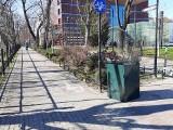Kosz na śmieci dla rowerzystów wrócił na promenadę Staromiejską. Znów jako samowolka