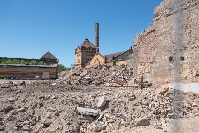 W ostatnich dniach na terenie Starej Rzeźni zakończyła się realizacja programu badań architektonicznych i konserwatorskich. Dzięki nim Vastint, właściciel terenu, chciał zrozumieć wyzwania, z jakimi trzeba będzie się zmierzyć przy renowacji starej zabudowy. Na kolejnych etapach inwestycji stylowym budynkom ma zostać przywrócony ich dawny wygląd. Zobacz, co przy okazji badań odkryto w podziemiach budynku dyrekcji! Przejdź dalej --->