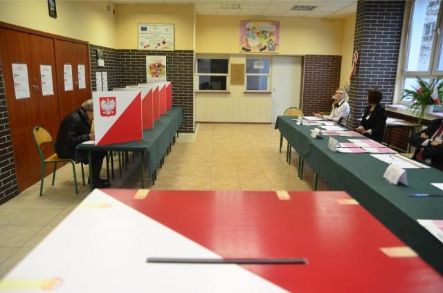 CZYTAJ NA KOLEJNYCH SLAJDACHW województwie łódzkim będzie ok. 3,5 tys. obwodowych komisji wyborczych. Zwykły członek obwodowej komisji wyborczej dostanie dietę w wysokości 300 zł. W każdym obwodzie, a w województwie łódzkim jest ich 1734, będą pracować dwie komisje obwodowe. Pierwsza zajmie się przeprowadzeniem głosowania, a druga ustaleniem wyników głosowania w obwodzie.- Możesz być kandydatem do składu obwodowej komisji wyborczej, jeżeli jesteś ujęty w stałym rejestrze wyborców na obszarze województwa, w którym znajduje się gmina właściwa dla tej komisji – informuje Państwowa Komisja Wyborcza - oraz masz prawo do głosowania, czyli: -jesteś obywatelem polskim-najpóźniej w dniu wyborów kończysz 18 lat-nie jesteś pozbawiony praw publicznych prawomocnym orzeczeniem sądu-nie jesteś pozbawiony praw wyborczych orzeczeniem Trybunału Stanu-nie jesteś ubezwłasnowolniony prawomocnym orzeczeniem sąduCzytaj dalej na kolejnym slajdzie
