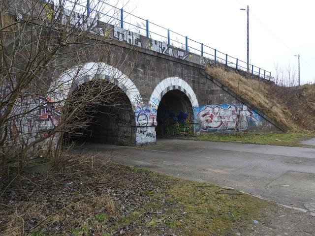 Tak wygląda wiadukt stojący od strony ul. Hetmańskiej. Budowla powstała na przełomie XIX i XX wieku.
