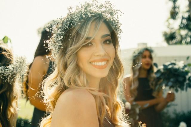 Jak uczesać się na wesele? To nie lada problem. Panny młode poszukują inspiracji na fryzury na ślub i wesele nawet rok wcześniej. Kok, romantyczne fale, a może coś bardziej ekstrawaganckiego? W jednym miejscu zebraliśmy dla Was inspiracje na fryzury na wesele i ślub. Polecamy naszą galerię zarówno przyszłym pannom młodym, jak i gościom. Może znajdziecie w nich pomysł na weselne uczesanie? W 2021 roku króluje naturalność. Modne fryzury na wesele to te przygotowywane bez tony lakieru. Jeśli nadal wahacie się, jak uczesać włosy w tym ważnym dniu, obejrzyjcie naszą galerię.