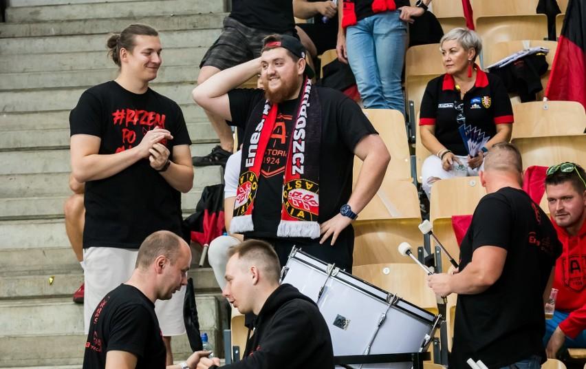 Kibice Astorii w końcu mają powody do radości. Ich pupile wygrali pierwszy mecz w tym sezonie w Energa Basket Lidze. Zwyciężyli MKS Dąbrowa Górnicza