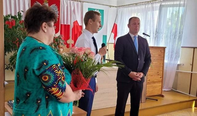 Wójt Hubert Czubaj (z prawej) otrzymał od radnych gratulacje, które w ich imieniu złożył Piotr Marek, przewodniczący Rady Gminy Głowaczów.