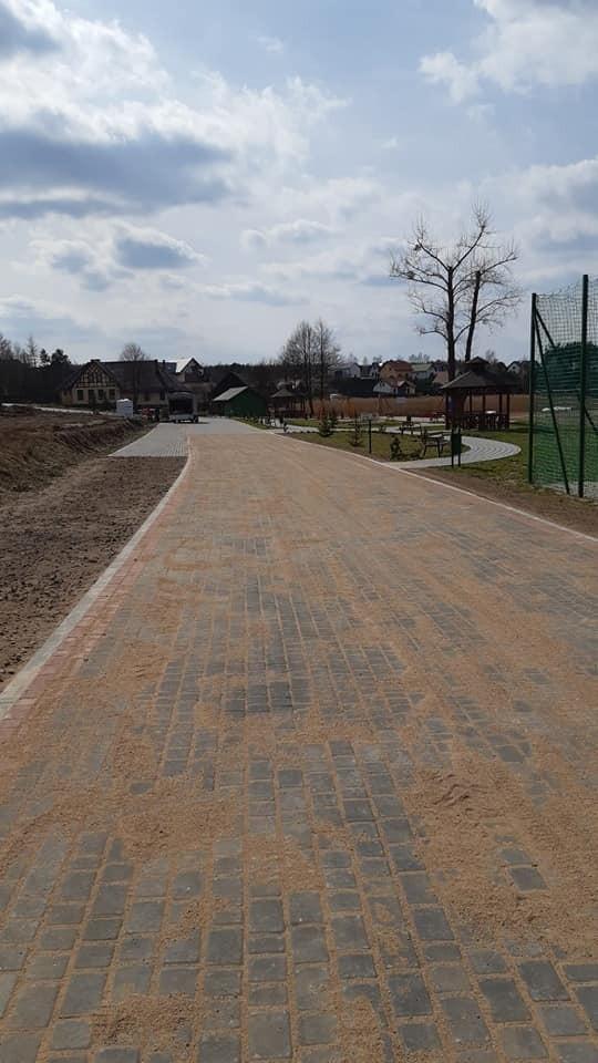 Zakończone zostały prace przy przebudowie drogi koło jeziora w Kiedrowicach. A rozpoczęły się one przy akwenie w Gliśnie Wielkim.
