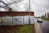 Kraków. Radny alarmuje, że budynek przylega bezpośrednio do jezdni al. Pokoju i stwarza zagrożenie [ZDJĘCIA]