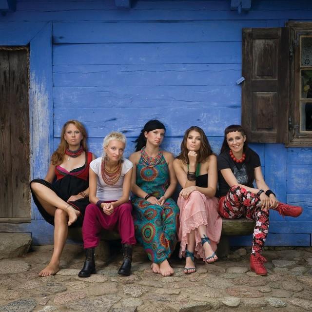 Same Suki to:  Helena Matuszewska (pierwsza z lewej), Patrycja Napierała, Marta Sołek, Justyna Meliszek i  Magdalena Wieczorek – Duchewicz.  Nazwa zespołu wzięła się z tego, że dwie dziewczyny z grupy grają na sukach biłgorajskich - staropolskich instrumentach smyczkowych. Punktem wyjścia do powstawania utworów są polskie melodie ludowe, ale potraktowane bardzo swobodnie.
