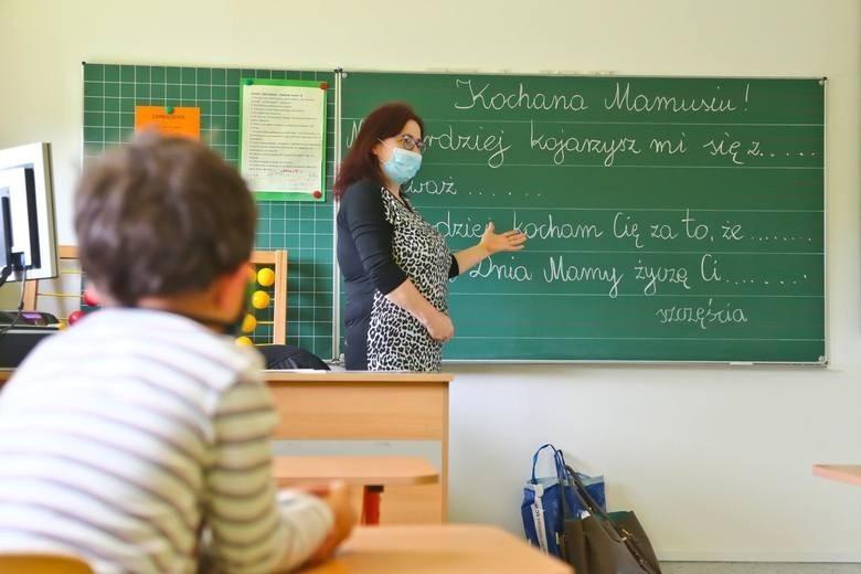 """Czy nauczyciele dostaną podwyżki? O zwiększenie ich płac apeluje """"Solidarność"""". Ale grono pedagogiczne po prostu chce dotrwać do wakacji"""