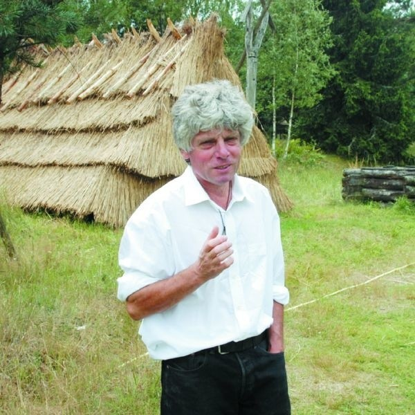 """Kawenczyński unika towarzystwa ludzi. Woli być sam. Jego królestwo we wsi Budy jest jak skansen – przyciąga tysiące turystów, których jednak bardziej interesuje sam """"Król""""."""
