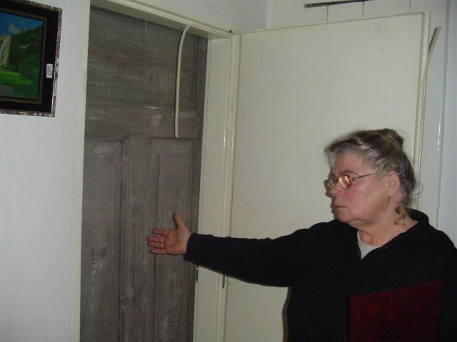 Kilka tygodni temu pracownicy nowego właściciela zamknęli Bielawskim dostęp do piwnicy, w której trzymali warzywa na zimę. Teraz, gdy Bielawscy otwierają drzwi do piwnicy, widzą drugą parę drzwi blokujących wejście.