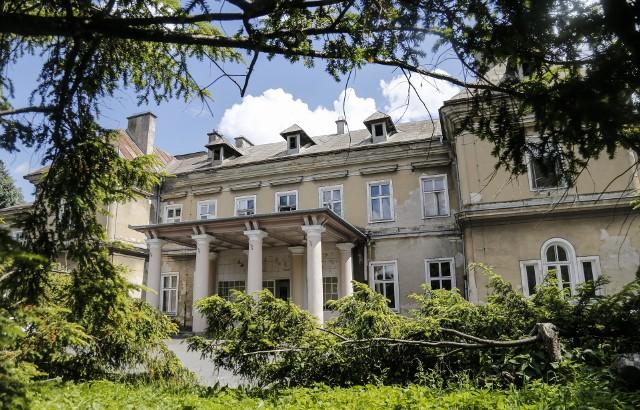 Szpital Miejski im. Jana Pawła II działa przy ul. Rycerskiej. Obok niego rozciąga się duży park, w którym stoi niewielki pałacyk, przez lata wykorzystywany na potrzeby szpitala gruźliczego.