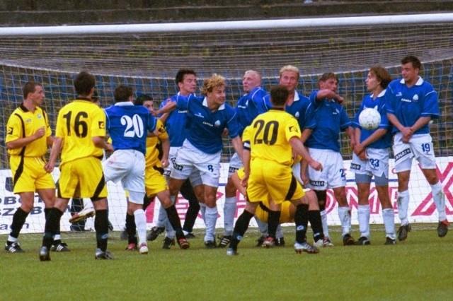 Z zeznań sędziów wynika, że w barażach o ówczesną II ligę to raczej Stal Rzeszów (w żółtych koszulkach) była pokrzywdzona w meczach z Ruchem Chorzów. Zdjęcie pochodzi z rewanżowego meczu w Chorzowie.