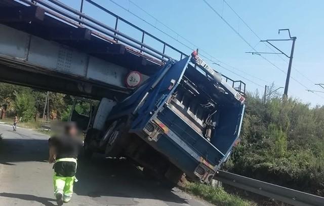 Śmieciarka utkwiła pod wiaduktem