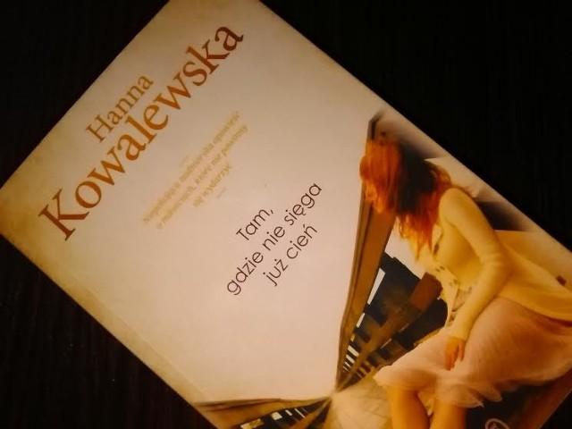 """""""Tam, gdzie nie sięga już cień"""" to opowieści pełna realizmu, w której pojawiają się przeróżne emocje: od miłości, po nienawiść i rozpacz. Książka ukazała się nakładem Wydawnictwa Literackiego."""