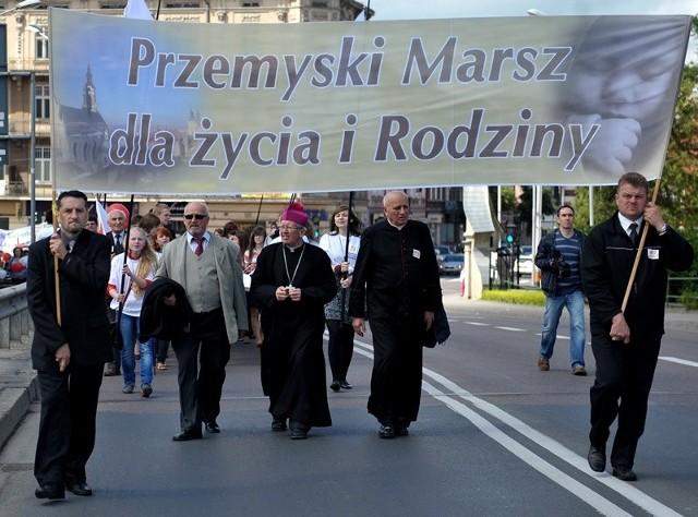 V Marsz dla Życia i Rodziny w PrzemyśluPrzemyski marsz poprzedziła Eucharystia plenerowa na placu opactwa sióstr benedyktynek. Liturgii przewodniczył bp Jan Niemiec.