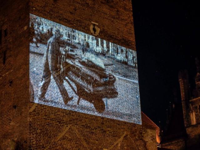 Zdjęcia Macieja Kosycarza wyświetlane są na budynku Katowni w Gdańsku