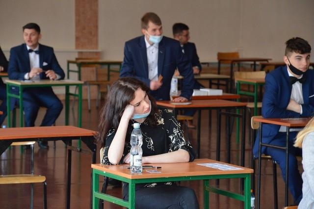 Uczniowie Złotej Kościuszkowskiej w Stalowej Woli na pół godziny przed pisaniem egzaminu z języka polskiego