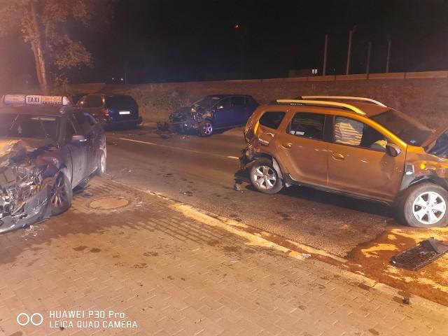 Do wypadku z udziałem czterech samochodów osobowych doszło w poniedziałek w Luboniu przy ulicy Armii Poznań.Przejdź do kolejnego zdjęcia --->