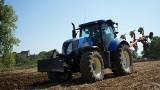 """Policja poszukuje kierowcy niebieskiego traktora. """"Zaorał"""" asfaltową drogę i uciekł!"""