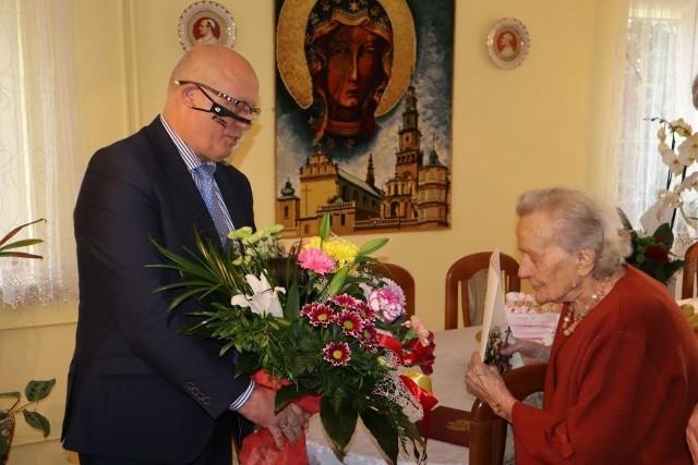 Dariusz Bulski, wójt gminy Kowala złożył życzenia jubilatce, Stefanii Podsiadło.