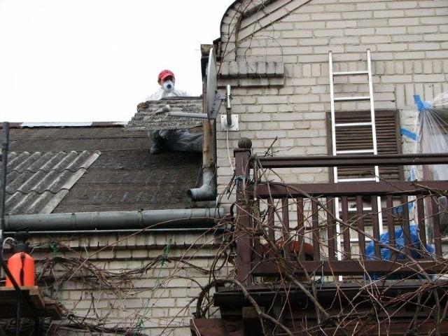 Usuwanie azbestuOkoło połowa dachów w Polsce, w tym ogromna liczba budynków w regionie radomskim, pokryta jest wciąż eternitem.