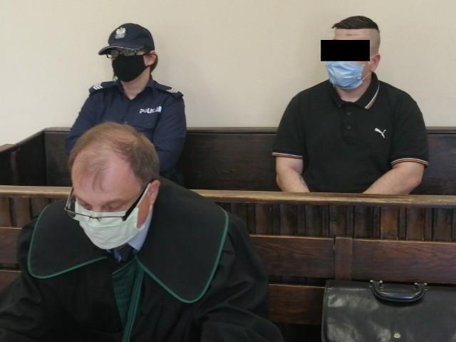 Proces 39-letniego Janusza J., któremu prokuratura zarzuciła usiłowanie zabójstwa swego wujka za pomocą tasaka, zaczął się w czwartek w Sądzie Okręgowym w Łodzi. Oskarżonemu, który nie przyznaje się do winy, grozi dożywocie. CZYTAJ DALEJ NA NASTĘPNYM SLAJDZIE