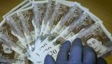 Gdańsk: Fałszywe 20-funtowe banknoty. Podejrzani trafili do aresztu. Grozi im 15 lat więzienia