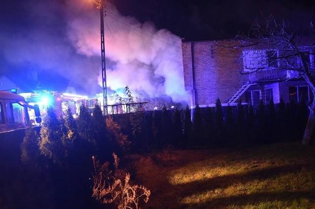 W czwartek około godz. 18 w domu przy ul. Miodowej w Lesznie wybuchł pożar. W budynku znajdowała się kobieta i dwóch synów. Wszyscy zdołali wydostać się na zewnątrz. Kobieta z objawami zatrucia dymem została odwieziona do szpitala.Zobacz więcej zdjęć ---->