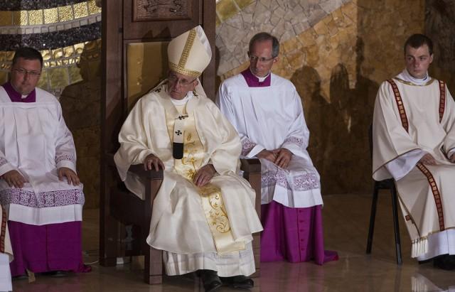 Pandemia koronawirusa znacząco wpłynęła na finanse Kościoła. Papież Franciszek pierwszy raz podjął decyzję o obniżeniu pensji dostojników kościelnych. Niższe wynagrodzenia otrzymają kardynałowie, księża i zakonnicy sprawujący posługę w Stolicy Apostolskiej. Komu najbardziej obniżono pensje? Ile zarabia się w Watykanie? Poznajcie szczegóły w dalszej części galerii!Czytaj dalej. Przesuwaj zdjęcia w prawo - naciśnij strzałkę lub przycisk NASTĘPNEPOLECAMY TAKŻE:Emerytury księży znów wzrosną! Tyle zarabiają polscy duchowni! Jakie stawki emerytur?Zarobki księży w szpitalu. Tyle zarabia kapelan szpitalny! Zobacz, jakie pensje dostają polscy duchowni