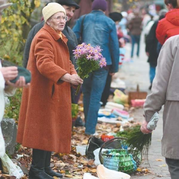 Przy Fabrycznej większość handlarzy to ludzie starsi. Straż miejska zapewnia, że dopóki nie wyjdą na Jurowiecką, interwencji nie będzie.