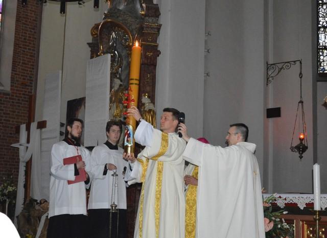 Liturgia Wigilii Paschalnej w opolskiej katedrze.
