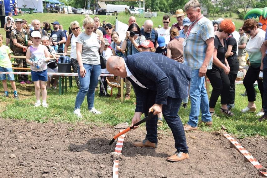 Niezwykłe poszukiwania agatów w Rudnie. 300 osób przekopywało pola i kruszyło wulkaniczne skały