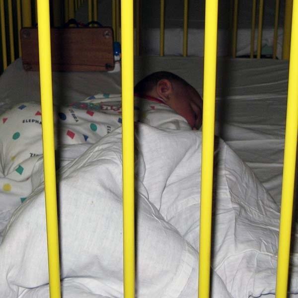 Roczny Aleksander przebywa w szpitalu w Dębicy. Być może sąsiedzi dzwoniąc na policję uratowali mu życie.