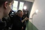 Jacek Jaśkowiak malował klatkę schodową na Ratajach. Po co? [ZDJĘCIA, WIDEO]