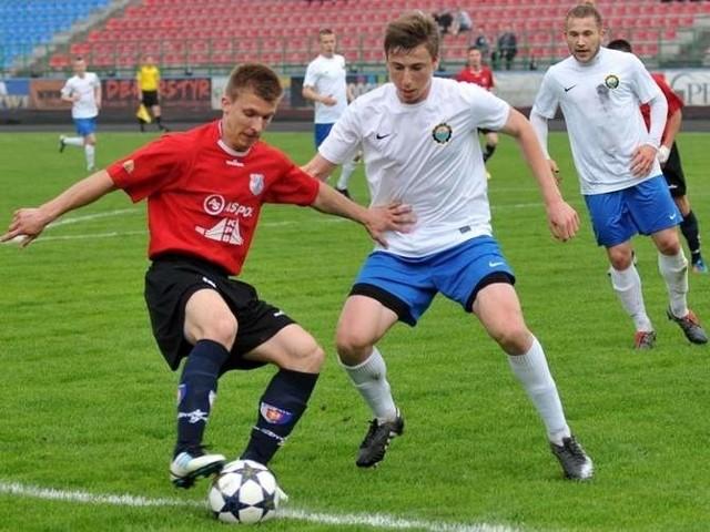 Stal Mielec (biało-niebieskie stroje) wygrała z Polonią Przemyśl 2-0.