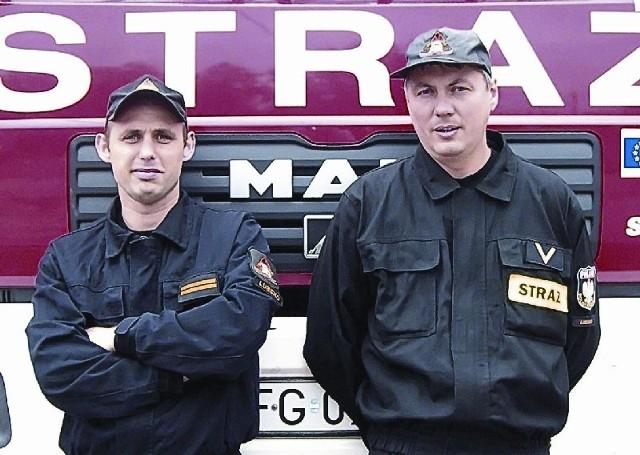 Sekcyjny Łukasz Magryn i ogniomistrz Krzysztof Pazdan służą w jednostce ratowniczo - gaśniczej w Lubsku.