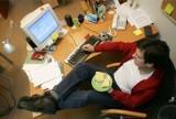 Dziś Dzień Sprzątania Biurka. Dlaczego warto dbać o porządek? Jak porządek na biurku (lub jego brak) świadczy o pracowniku? WIDEO+ZDJĘCIA
