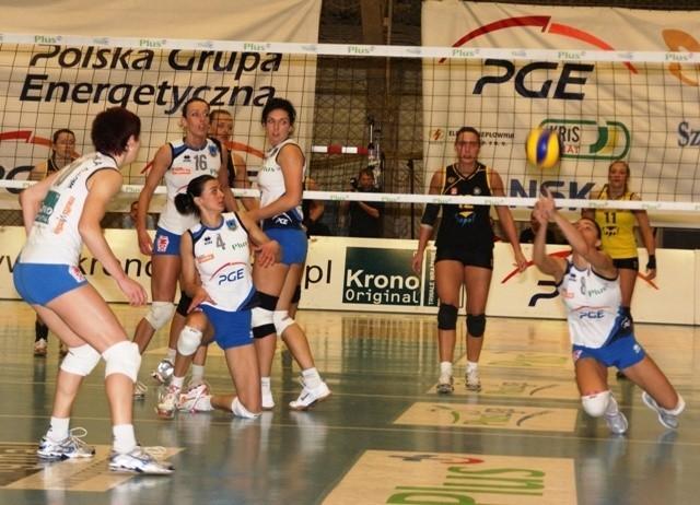 Po dramatycznym meczu Stal (białe stroje) wygrała z Treflem Sopot.