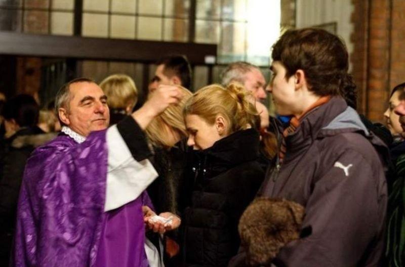 Katolicy rozpoczynają Wielki Post Środą Popielcową