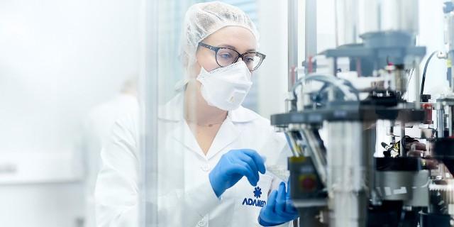 Firma Adamed, z zakładami produkcyjnymi w Pabianicach i Ksawerowie, pochwaliła się, że wytwarzany przez nią lek zdobył wskazanie jako wspomagający leczenie w zakażeniach koronawirusami m. in. SARS-CoV2.>>> Czytaj dalej na kolejnych slajdach >>>