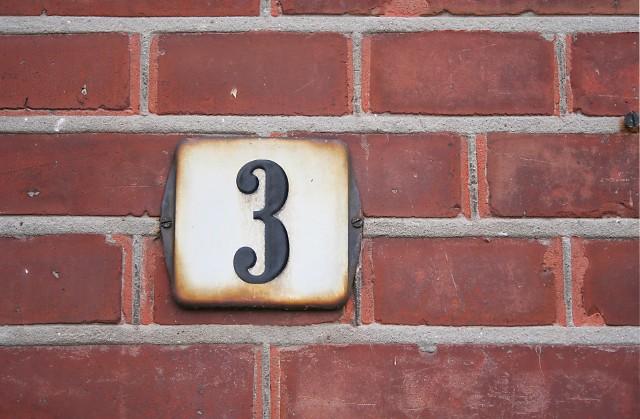 Numer domuWłaściciel posesji, który nie zadba, aby na jego nieruchomości zawisła tabliczka z numerem domu, może być ukarany karą grzywny lub nagany.